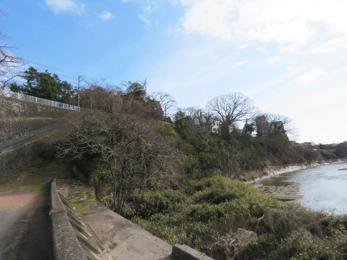 片平丁の由来の崖2